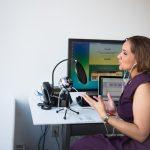 Una mujer grabando un podcast: usa la voz de tu blog